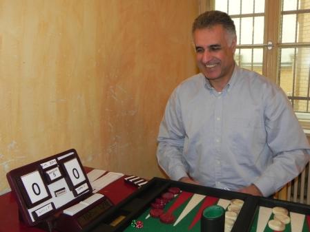 Hamid Akbari präsentiert seine Konstruktion, mit der er den Spielstand bei Matches und die Reihenfolge bei Chouettes visualisieren kann