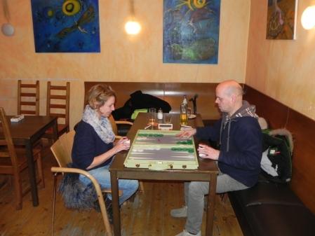 Rolf Schüler, amtierender Berliner Backgammon-Meister, gegen Sabine Brinkmann