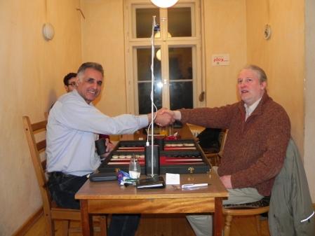 Hamid Akbari lacht optimistisch, Thomas Krüger schaut schon ein bißchen skeptisch: Handshake vor dem großen Finale