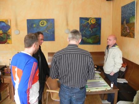 In der Nachspielzeit: Rolf Schüler (re) diskutiert mit Matthias, Helmut und Tobias