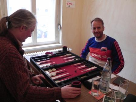 Sportlich: Tobias Hellwag lächelt, während Thomas Krüger überlegt