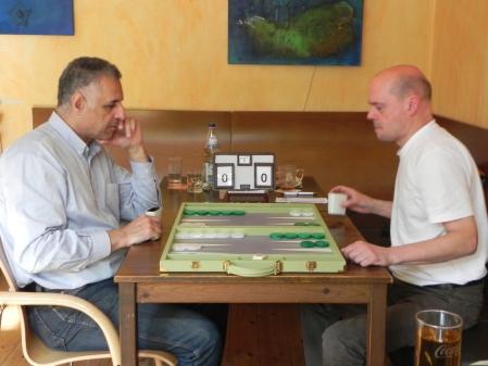 Ernste Mienen: Hamid Akbari (li) gegen Rolf Schüler