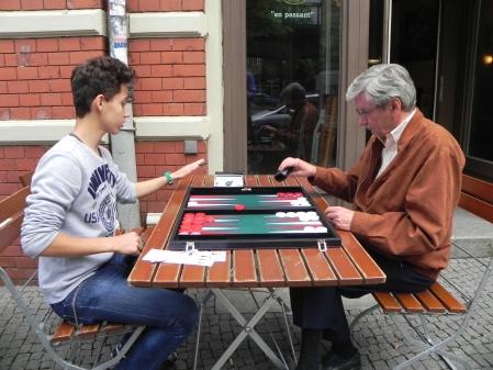 An der frischen Luft: Yonas Brinkmann (li) gegen Kurt Zerwer