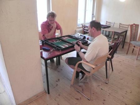 Bei dem guten Wetter war der hintere Raum leer und ruhig: Michael Riedel (li) gegen Helmut Krausser