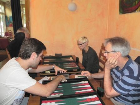 Faruk Kocaer stellt die Uhr ein, gleich geht's los gegen Matthias Laske. Im Hintergrund Christine Fuhrmann gegen Matthias Strumpf