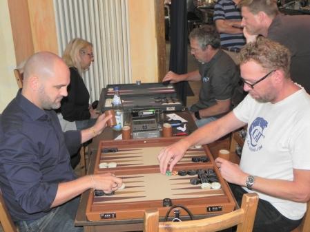 Tibor Taylor (li) gegen Thorsten Miesel. Im Hintergrund gibt's Speedgammon: Béa gegen Ralf Sudbrak, Guido schaut zu.
