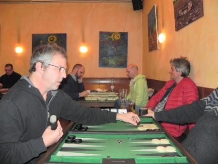 Ralf zieht gegen Igor K (verdeckt), im Hintergrund Tibor Taylor (li) gegen Rolf Schüler, Stefan Blancke kann sich nicht entscheiden, auf welchem Tisch die spannendere Partie läuft