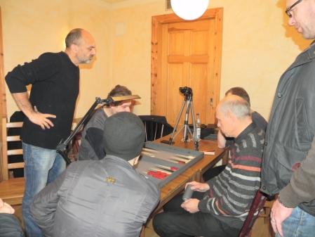 Peter Naguib (stehend) spielt mit Igor B gegen Georg Lachnit-Winter (vorn) und Bernhard Kaiser, Kiebitze