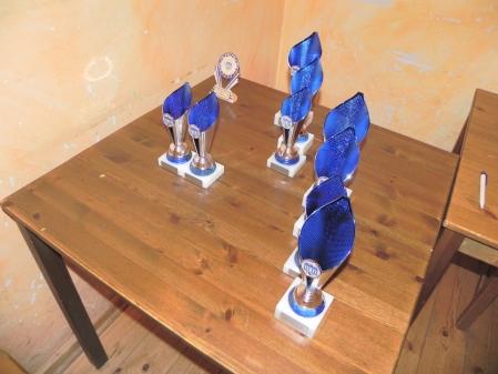 Vor der Siegerehrung: Die Pokale, hübsch aufgereiht, warten auf Abholung