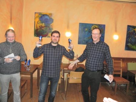Faruk Kocaer, Alleinsieger und Berliner Meister im Beratungsdoppel, hat zwei Pokale erhalten