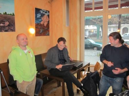 … aber der ist noch mit den letzten Korrekturen in seinen Turnierunterlagen beschäftigt. Rolf und Sven freuen sich bereits.