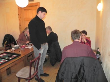 Alex Kuhn schaut zu, wie Aljona Dobrushyna und Lutz Steuer spielen