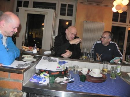 Entspannt in einer Spielpause: Rolf Schüler, Bernhard Ludwig Winkelhaus, Tobias Hellwag (v.l.n.r.) an der Bar