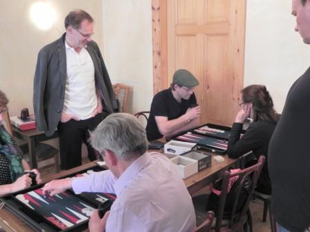 Beginners: Moritz Stadler und Asha Hanka, vorne spielen Heike Münch und Kurt Zerwer. Thomas Frübing und Helmut Krausser schauen zu