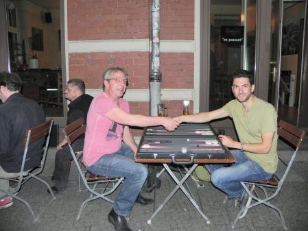 In der lauen Sommernacht: Ralf Sudbrak (li) und Ercan Recan im Spiel um Platz 3
