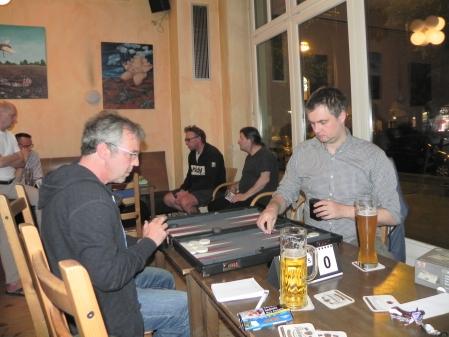 Blieben nach dem Finale sitzen und spielten das Speedgammonfinale: Ralf (li) und André