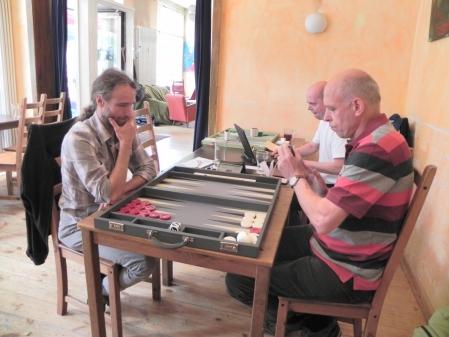 Marcel Molderings und Georg Lachnit-Winter. Dahinter Rolf, der das Speedgammon-Turnier leitet.