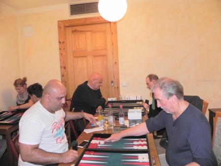 Speedgammon: Fakir Aslan (li) und Detlev Appel, dahinter im Viertelfinale Bernhard Ludwig Winkelhaus (li) und Heribert Lindner