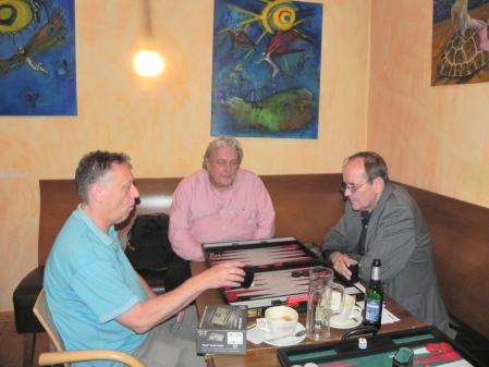 Ulrich Tamm (li), Ralf Jonas. Günter Schmidt studiert die Spielzüge