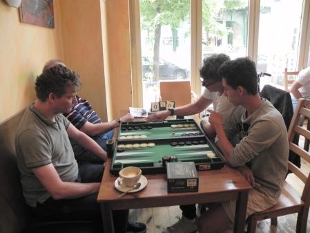 Hier geht's ernster zu: Christian Plenz (li vo) mit Igor K sind gespannt, ob Frank Petrikat (re hi) und Yonas Brinkammn den besten Zug finden