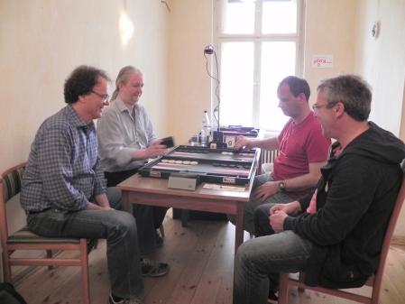Ganz viel Spass im Beratungsdoppel: Ralf Sudbrak (re vo) mit Helmut Krausser und Thomas Krügfer (li hi) mit Dankwart