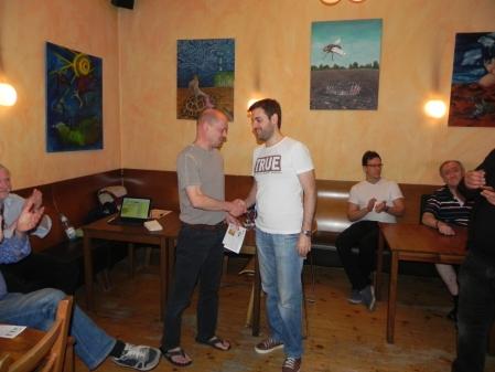 Sieger des Speedgammonturniers im Abonnement: Rolf Schüler gratuliert Fakir