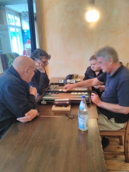 Sokrates Bukalis setzt von der Bar ein, Frank passt auf, dass er alles richtig macht. Bernhard Ludwig Winkelhaus und Frank Petrikat denken schon an den Cube