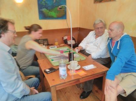 Josefin Bichler zieht, Dankwart schaut zufrieden auf ihre Zug. Günter Schmidt und Rolf Schüler beraten sich.