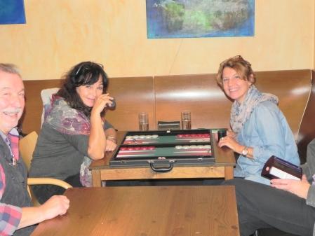 Gute Laune im Beginnersturnier: Iris Meumann (li), Sabine Brinkmann, Zuschauer Detlev lachen