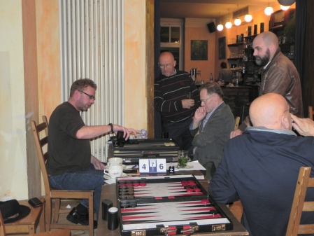 Thorsten Miesel würfelt, Thomas Frübing konzentriert sich, Dezsö und Tibor beobachten