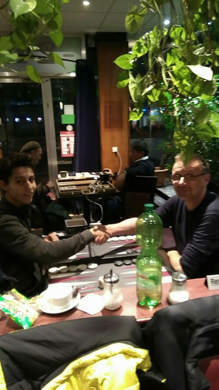 Handshake vor dem Finale: Yonas Brinkmann (li) und Michael Horchler. Michael hat sich gegen den immer stärker werdenden Yonas durchgesetzt