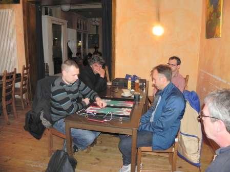 Paul Schlegel (li) und Tobias Hellwag. Es kiebitzen Ralf Sudbrak (vorn), Frank Petrikat (li) und Peter Haßelberg