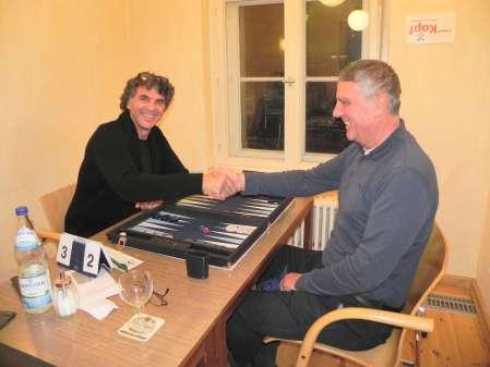 In Berlin macht Backgammon viel Spaß. So auch den beiden Finalisten der Second Chance, Frank Petrikat (li) und Sokrates Bukalis