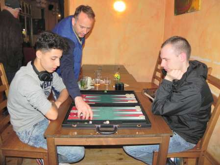 Backgammon-Giant gibt Tipps: Tobias Hellwag (stehen), Yonas Brinkmann (li), Paul Schlegel