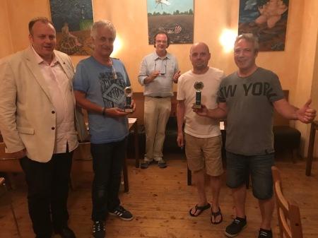 Die Finalisten des Beratungsdoppelturniers: Jens Averkamp, Wolfgang Herfet, Rolf Schüler und Ralf Sudbrak (v.l.n.r.). Bei der Preisverleihung war das Finale noch nicht gespielt, darum halten beide Mannschaften je einen Pokal in der Hand