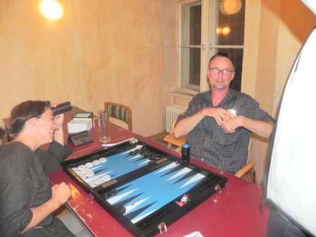 Beide können es nicht fassen: Da liegt er, der angekündigte 6er-Pasch. Michael ist konsterniert, Mel glücklich: Sie gewinnt 4 Punkte und steht kurz vor dem Turniersieg.