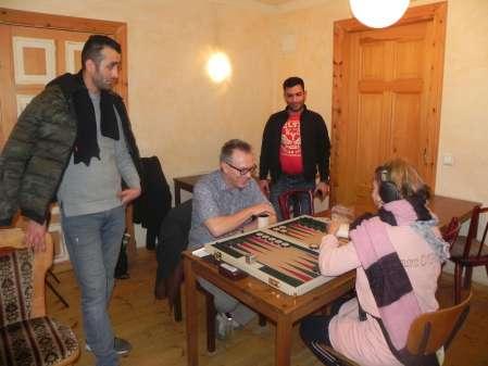 Gute Laune am Brett: Marcus Selle und Sabine Brinkmann. Hossein Lak und Meisam Jamchidi beobachten das Match