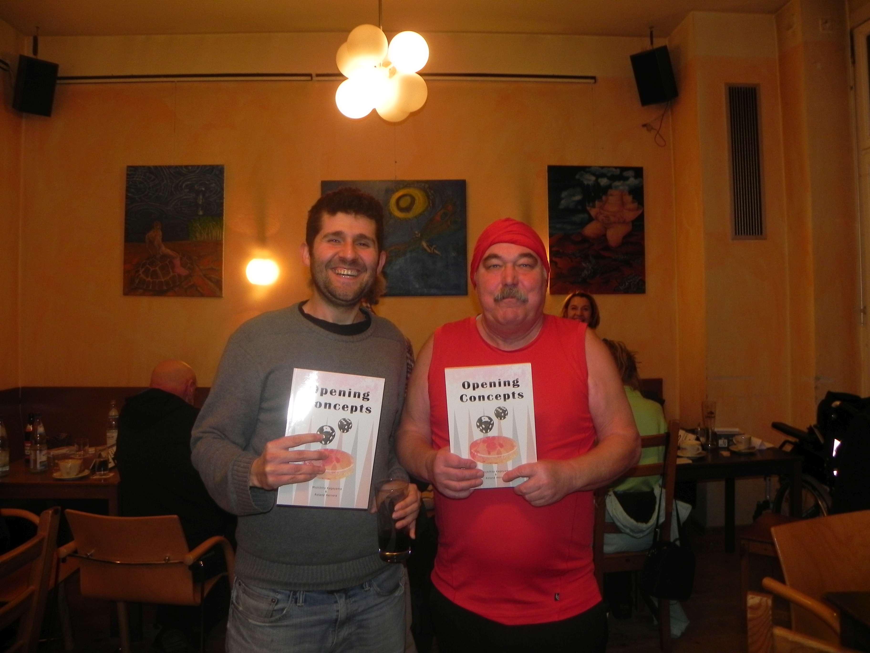 Cihan Göksu (li) und Jürgen Lange, Gewinner der beiden Exemplare von Opening Concepts, die von Michi gestiftet wurden