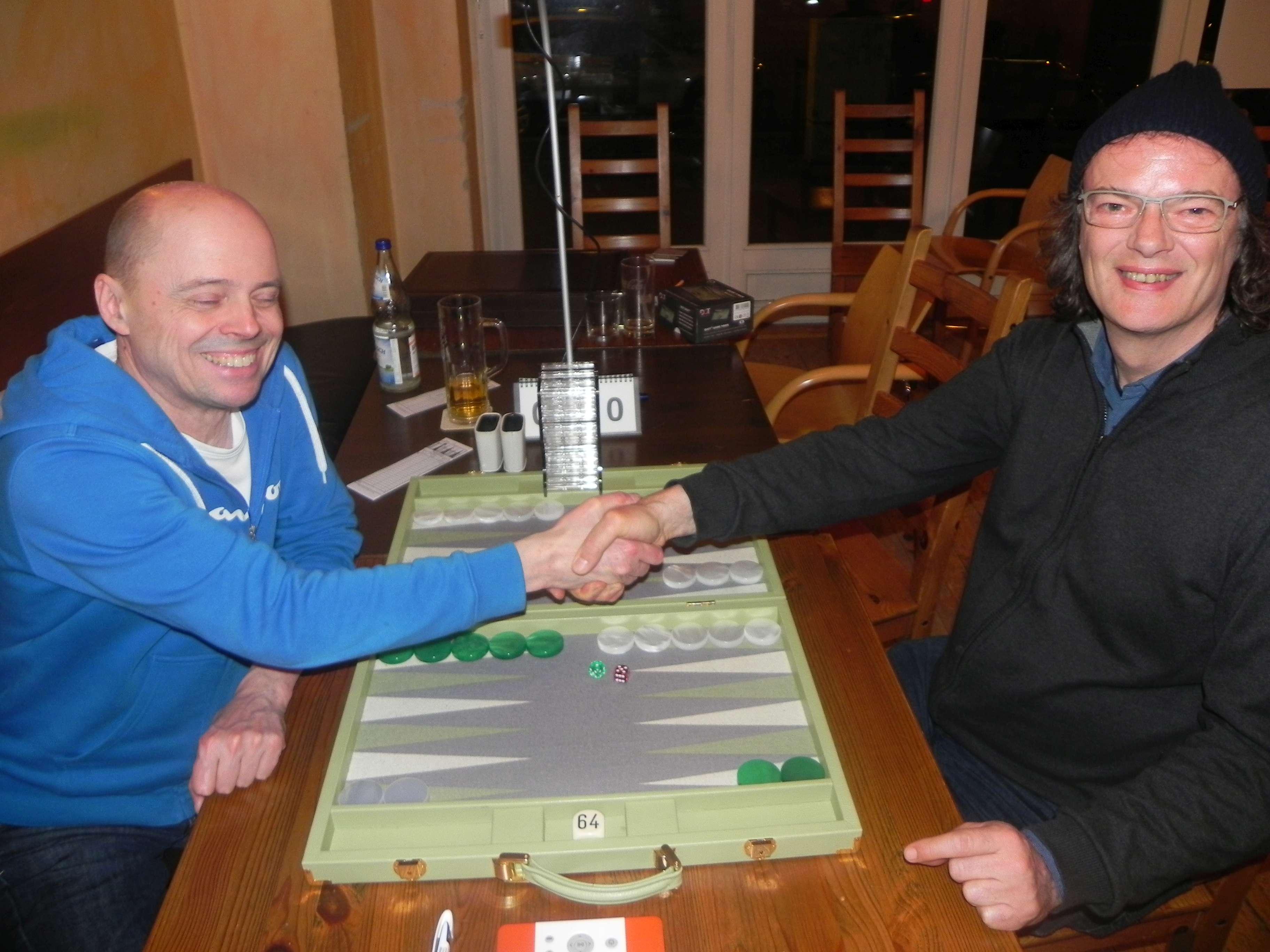 Zwei Turnierleiter im Finale des Speedgammonturniers: Rolf Schüler (li) und Dankwart Plattner