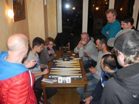 Das Finale ist weiter fortgeschritten, inzwischen steht es 6-3 auf 9 Punkte: Yonas Brinkmann (li), Meisam Jamshidi. Angezogen vom spannenden Match haben sich viele Zuschauer eingefunden