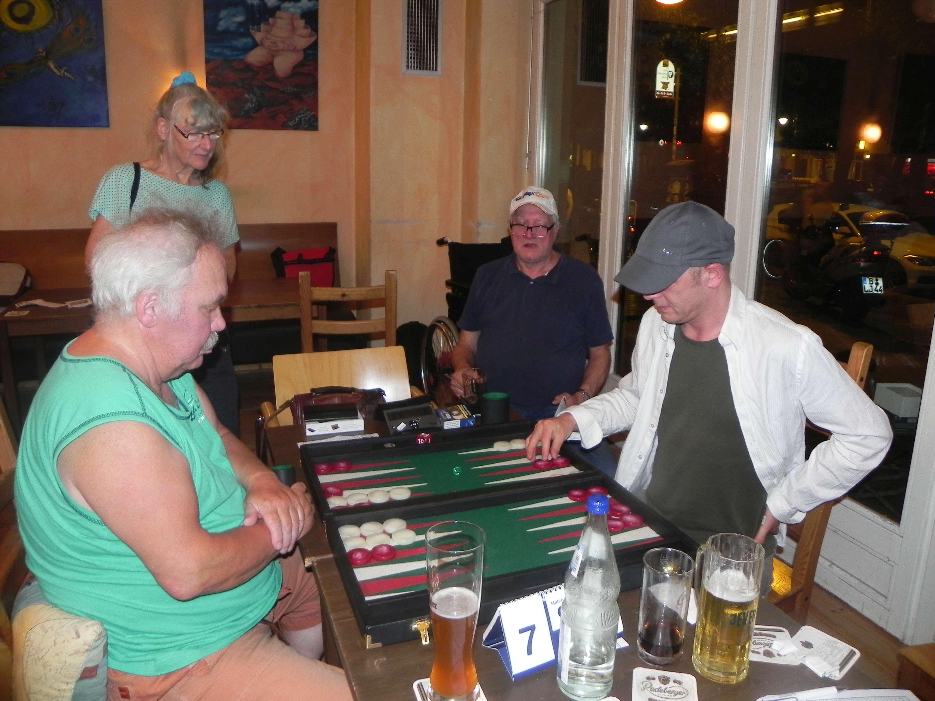 Wiedersehen im Viertelfinale: Jürgen Lange (li) trifft erneut auf Marcus Reinhard. Ehefrau Jutta und Wolfgang zum Winkel kiebitzen
