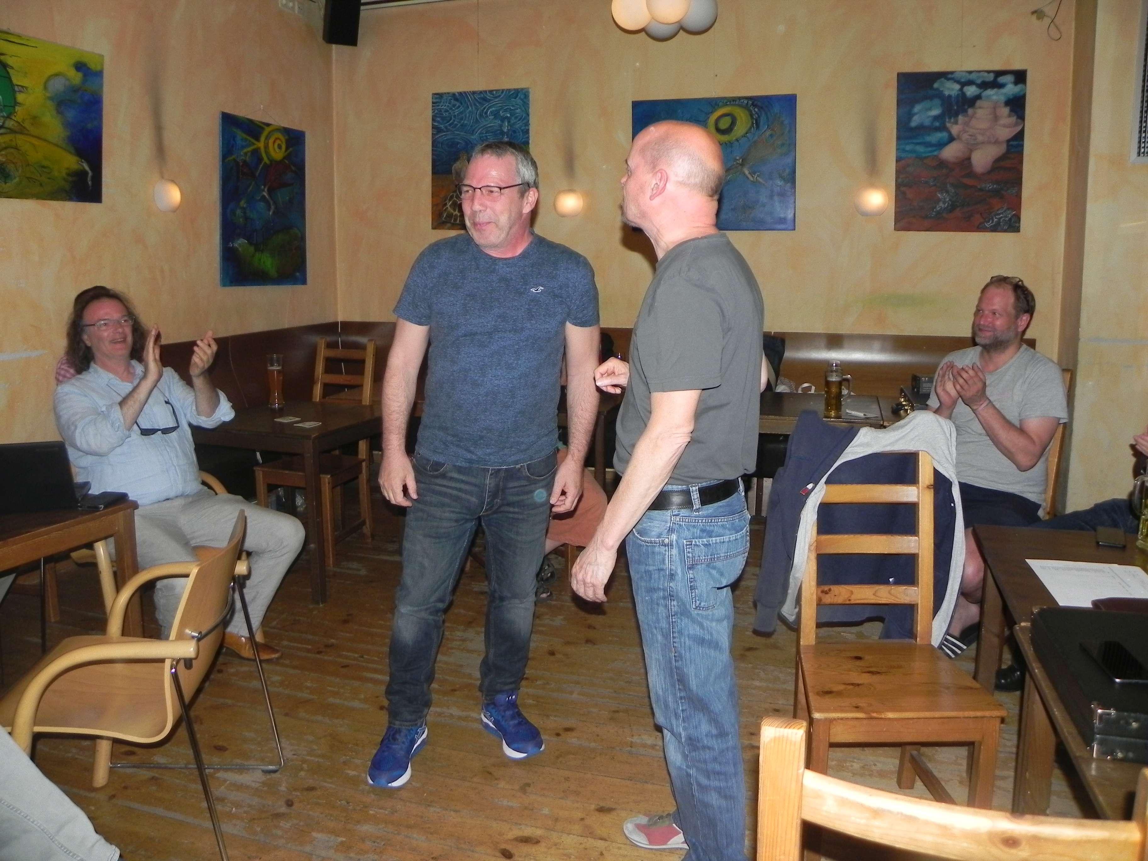 Sieger des Speedgammonturniers: Ralf Sudbrak (li), beglückwünscht von Turnierleiter Rolf