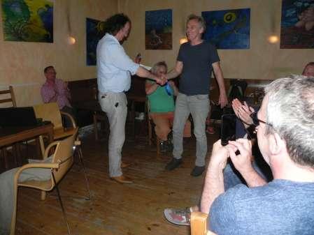 Turnierdritter: Jost Müller-Kreth. Dankwart überprüft, ob er den richtigen Pokal in der Hand hat