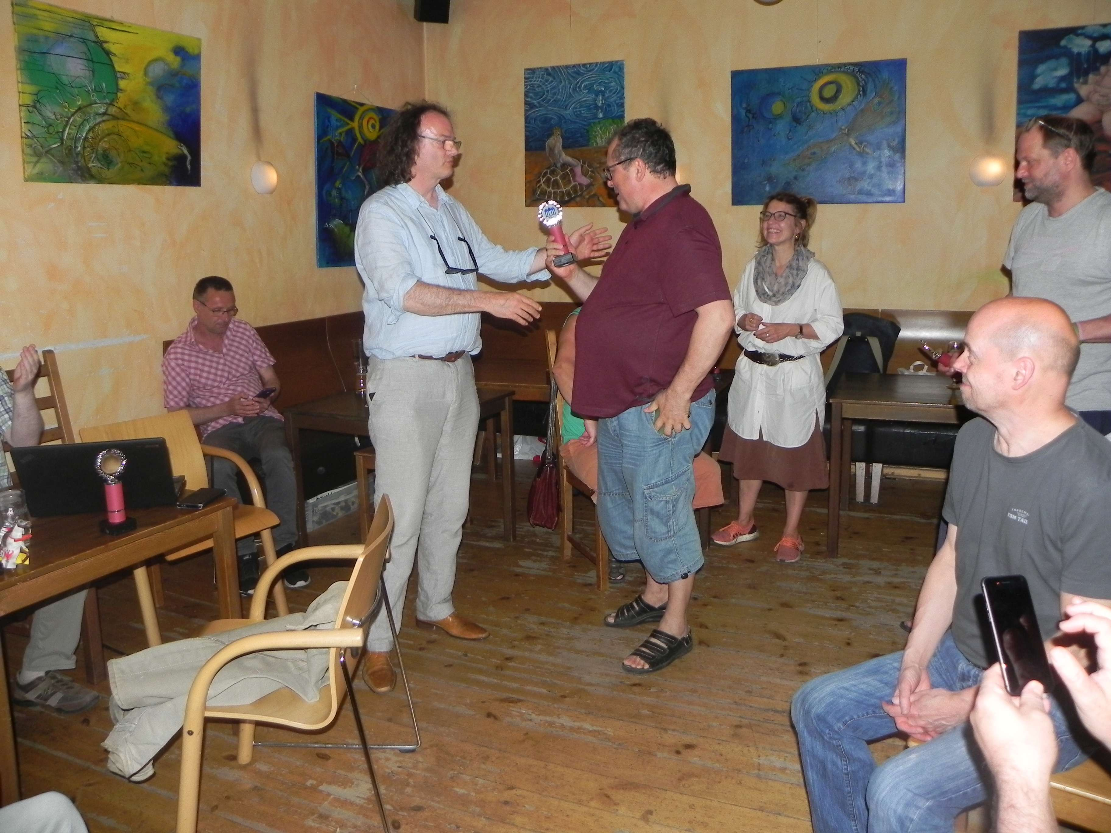 Sieger des Director's Tournaments: Vitali Olchanski prüft mit skeptischem Blick den Pokal