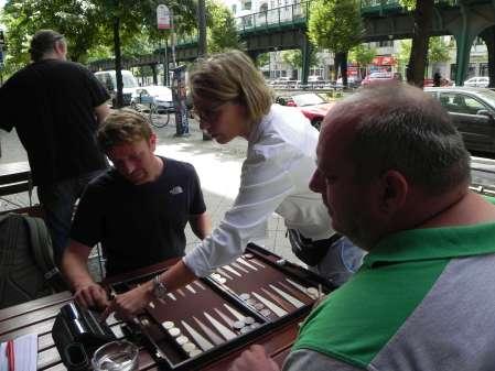Betreut Beginners: Turnierleiterin Sabine Brinkmann erklärt die Uhr