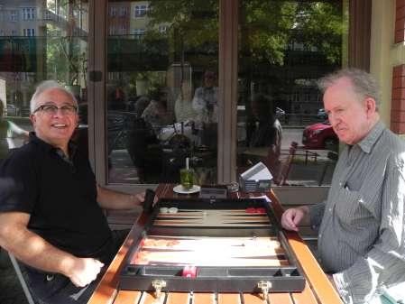 Yayah Nikro und Bill Pope (re) beim Freiluftbackgammon. Trotz des sonnigen Wetters schaut Bill recht verdrießlich drein, später lächelte er aber