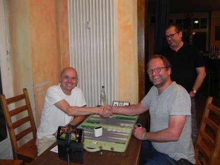 Handshake vor dem Finale: Rolf Schüler (li) und Tobias Bilz