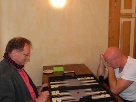 Thomas Frübing (li) hat nicht nur in der vergangenen Saison für das Berliner Backgammonturnier viel geworben. Hier spielt er gegen Jörg Zimmermann