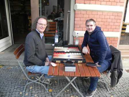 Unser Gast von jenseits des Polarkeises genießt seinen Sommer im Berliner Oktober: Andrè Larsen aus Tromsø (re), Dankwart Plattner