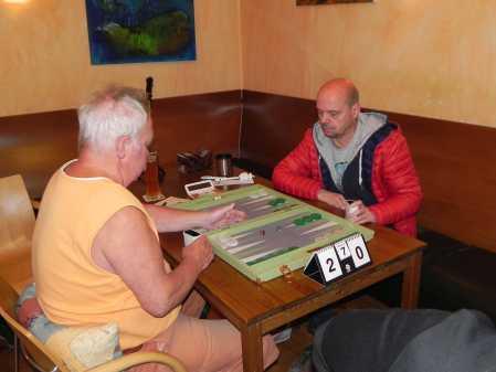 Ein Raum, ein Board, zwei Klimazonen: Der eine zieht eine gefütterte Jacke an, der andere sitzt im T-Shirt da: Jürgen Lange (li), Rolf Schüler